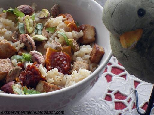 Brązowy ryż z tofu, pistacjami i suszonymi pomidorami