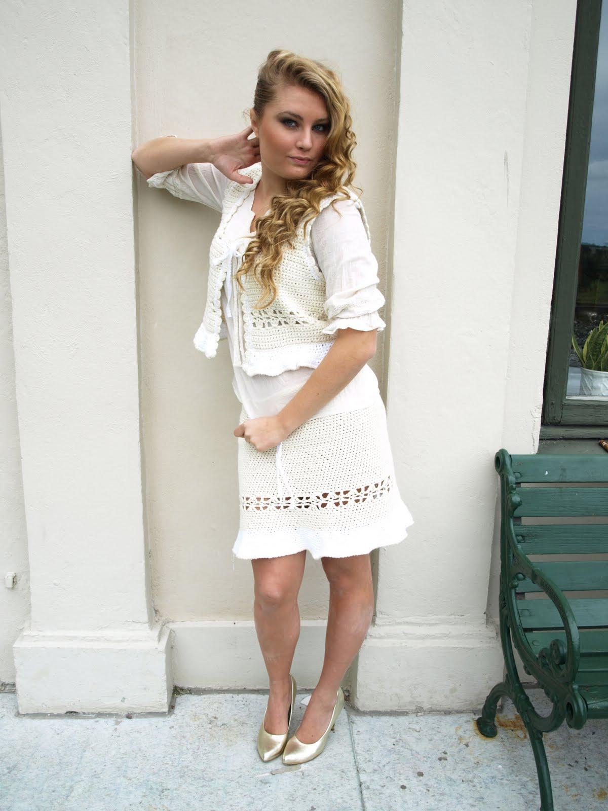 4bf8c60025d7 My har på sig en offwhite Britta virkad väst, en offwhite Lotta blus i  skrynklig bomull och en offwhite Greta virkad kjol.