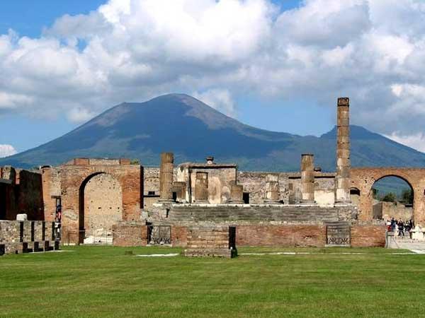https://4.bp.blogspot.com/_zRvrA91nxE4/SYbxnCe3kXI/AAAAAAAAAqM/T-_H6rb_CwA/s1600/pompeii_temple_of_jupiter.jpg