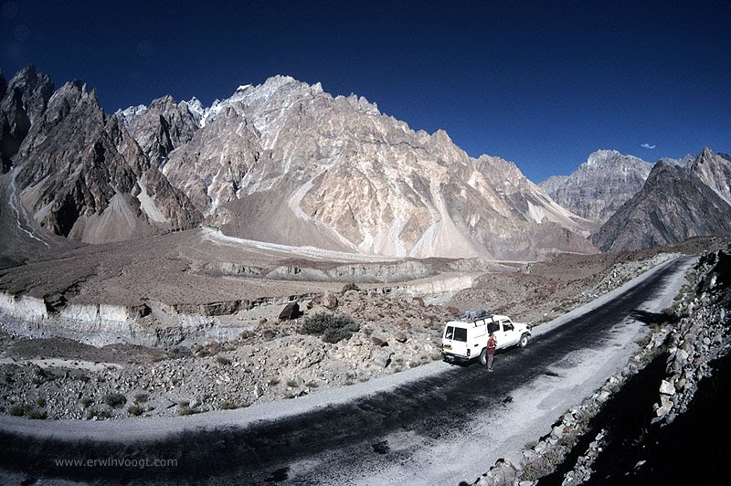 Carretera ascendente en la impresionante ruta del Karakoram
