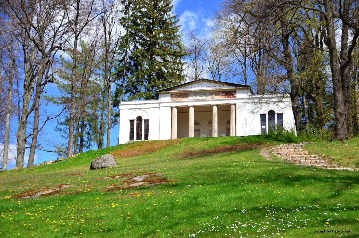 Bukowiec- świątynia Ateny w parku