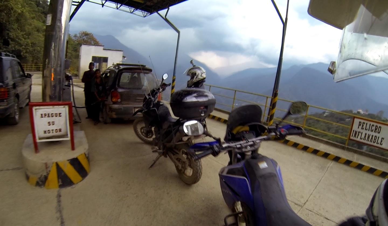 Abastecendo as motos para retornar a La Paz.