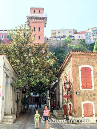 tarihi Asansör'e çıkan güzel eski evler ile süslü Dario Moreno sokağında oğlumla, İzmir